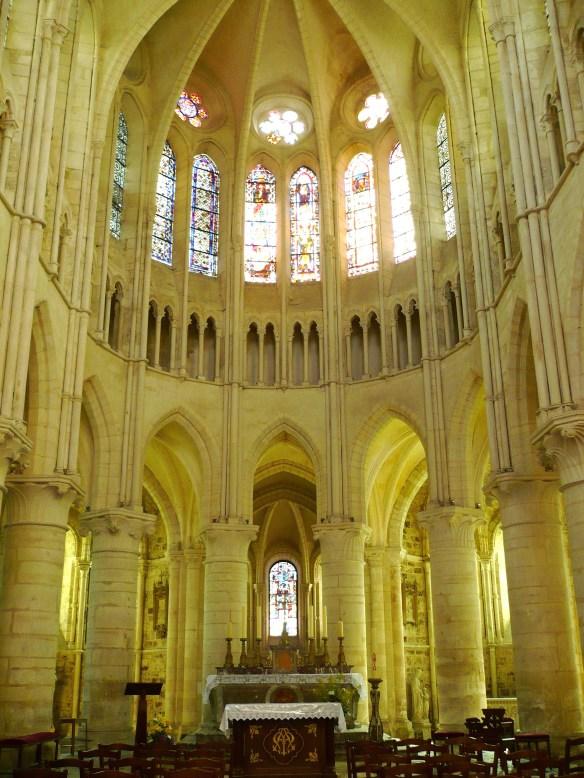 piliers et choeur de l'Eglise d'Orbais l'Abbaye